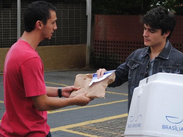 Sal vai entregar encomenda com drogas para irmão e colocá-lo em uma roubada (Foto: Tv Globo / Malhação)