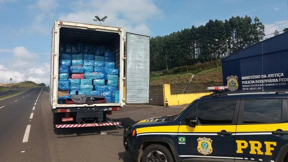 Motorista é preso em flagrante transportando 550 mil carteiras de cigarro contrabandeadas (Foto: Divulgação/Polícia Rodoviária Federal)