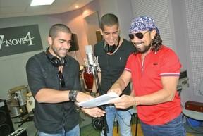 Bell Marques acompanha gravação dos filhos, Rafa e Pipo Marques, da banda Oito7Nove4 (Foto: Heber Barros/Divulgação)