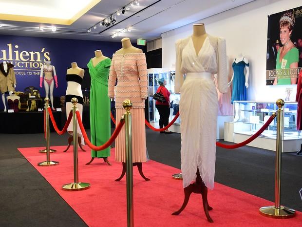 Vestidos da princesa Diana que haviam sido vendidos por ela foram leiloados (Foto: France Presse)