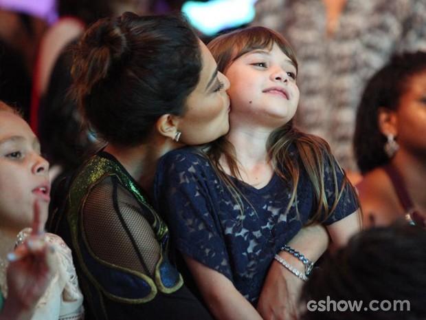 Ju Paes é só chamego com a pequena Geytsa, que interpreta sua filha Pituca (Foto: Carol Caminha/TV Globo)