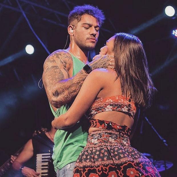 Lucas Lucco com fã em show em Salinópolis, no Pará (Foto: Instagram/ Reprodução)
