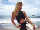 Adriane Galisteu fotografa na praia de barriguinha de fora