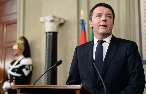 Matteo Renzi, encarregado de formar um novo governo na Itália, fala com jornalistas nesta segunda-feira (17) no palácio presidencial italiano (Foto: Filippo Monteforte/AFP)