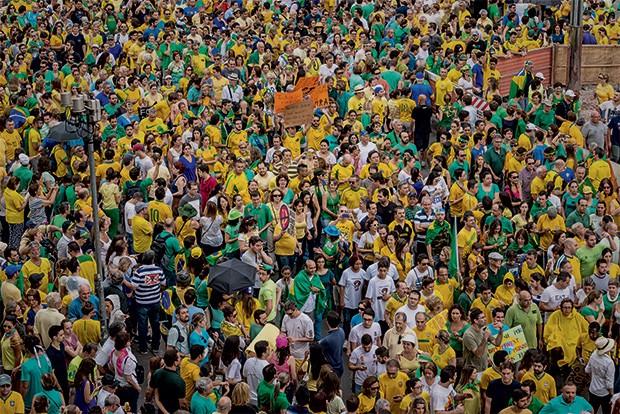 MOBILIZAÇÃO Manifestantes na Avenida Paulista, em São Paulo. O protesto reuniu cerca de 1 milhão de pessoas, segundo a PM (Foto: Bruno Fernandes / Fotoarena)