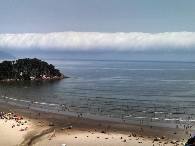 Nuvem escura se aproximou de São Vicente e causou uma grande ventania (Foto: Ivair Vieira Jr/G1)