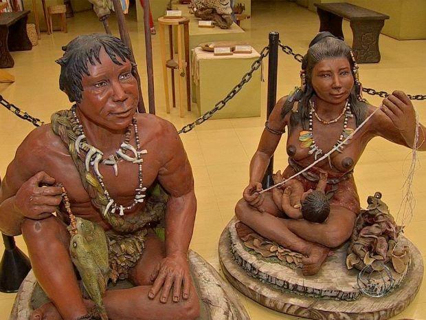 Escultas de índios na entrada do Memorial da Cultura (Foto: Reprodução/ TV Morena)