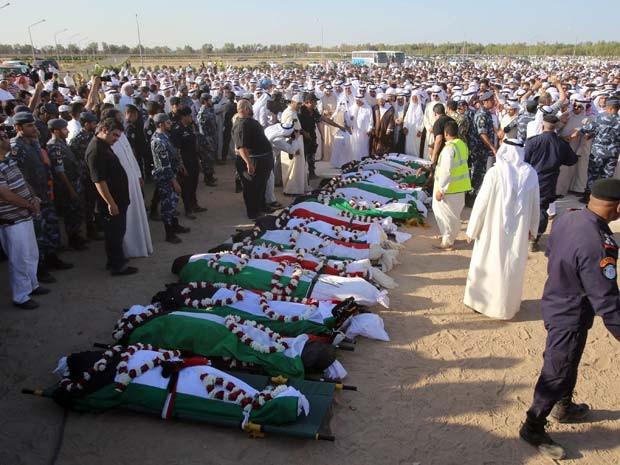 Corpos das vítimas de ataque a mesquita no Kuwait são enterrados (Foto: AFP PHOTO / YASSER AL-ZAYYAT)