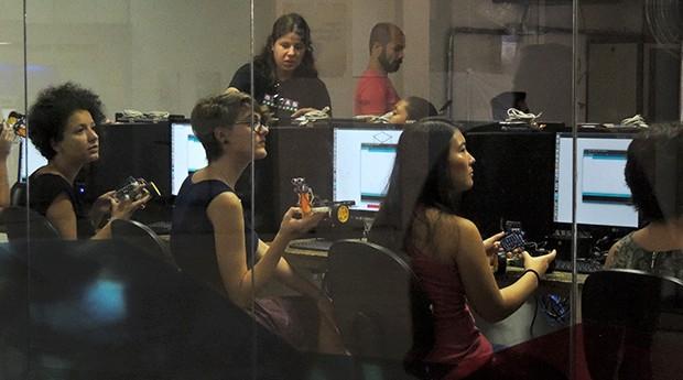 Mulheres têm aula de robótica durante a inauguração do FabLab no centro de São Paulo (Foto: Valdir Ribeiro Jr)