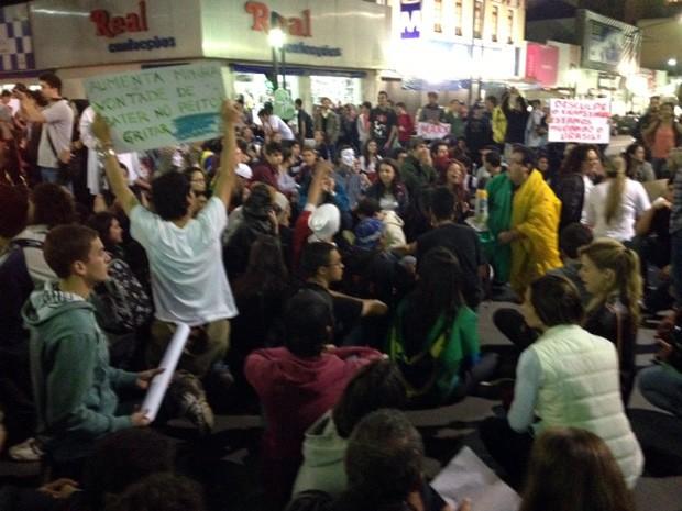 Cerca de 500 pessoas participam do manifesto em Poços de Caldas (Foto: Jéssica Balbino / G1)