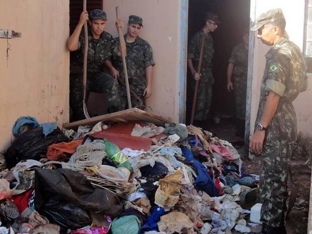 Operação retirou 3 toneladas de lixo em casa de São Pedro (Foto: Tiro de Guerra de São Pedro/Divulgação)