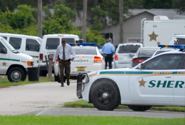 Carros policiais são vistos em frente à casa onde ocorreu o tiroteio em Port St. John nesta terça (15) (Foto: AP/Tim Shortt/Florida Today)
