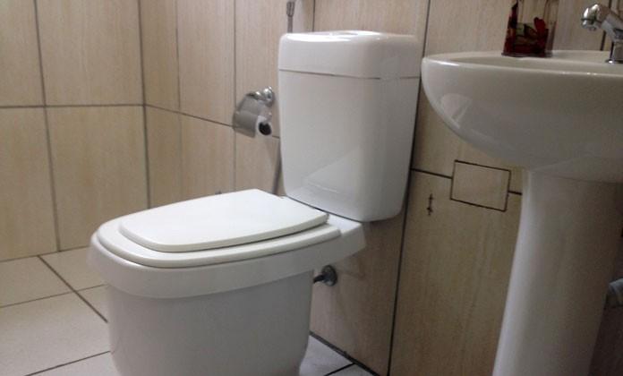 Vaso sanitário com caixa acoplada fabricado em ABS usa 2 litros de água na descarga e ajuda a economizar em casa