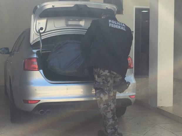 Polícia Federal em cumprimento a mandado, em Campo Grande (Foto: Gabriela Pavão/ G1 MS)