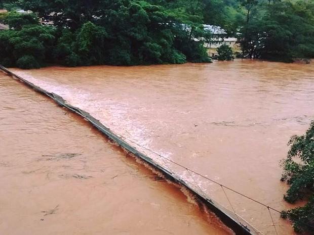Ponte de Arame na cidade de Ferros foi levada pela chuva (Foto: Assessoria da Prefeitura de Ferros)