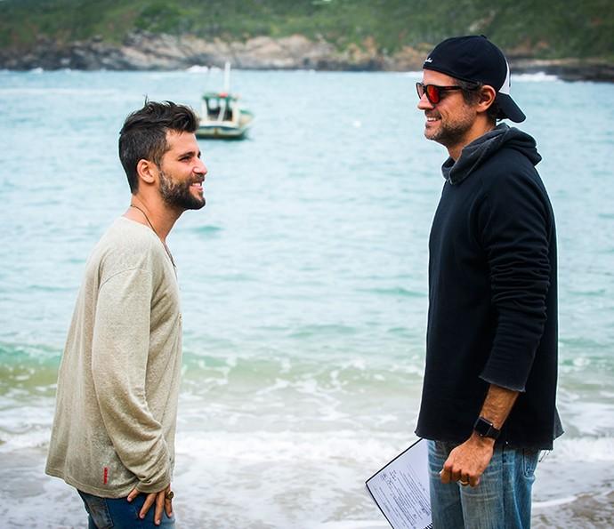 O diretor artístico Leonardo Nogueira dirige Bruno Gagliasso em cena para 'Sol Nascente' (Foto: TV Globo / João Miguel Júnior)