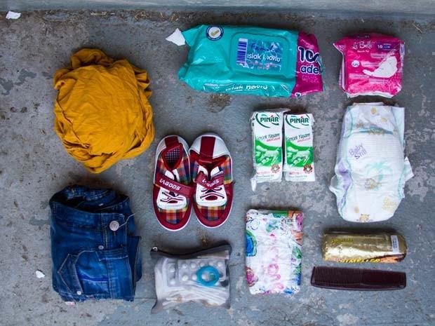 Itens como roupas e fraldas foram salvos por família síria que atravessou o Mar Mediterrâneo (Foto: Tyler Jump/International Rescue Committee)