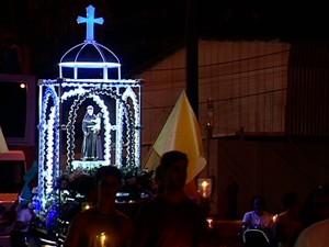 Fiéis carregam imagem de Santo Antônio em procissão luminosa. (Foto: Samy Ferreira/TV Gazeta)