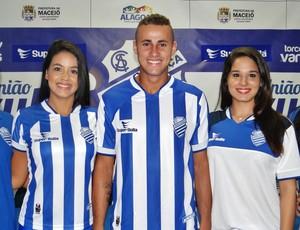 Camisas foram apresentadas em festa no CT do Mutange (Foto: Henrique Pereira/GloboEsporte.com)