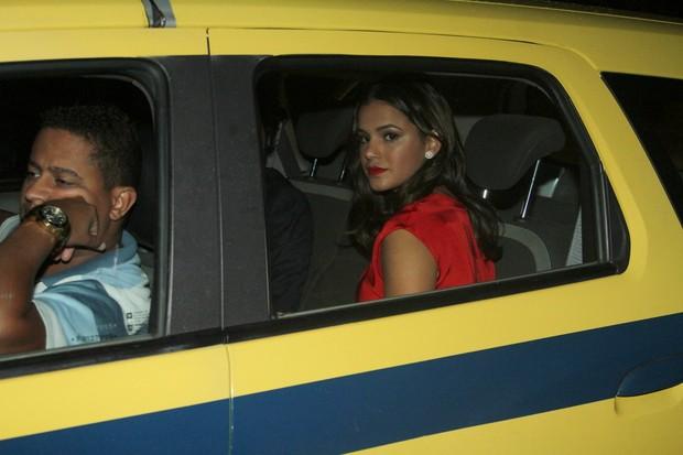 Bruna Marquezine dentro do táxi na entrada da festa de casamento da cantora Preta Gil (Foto: Ag News)