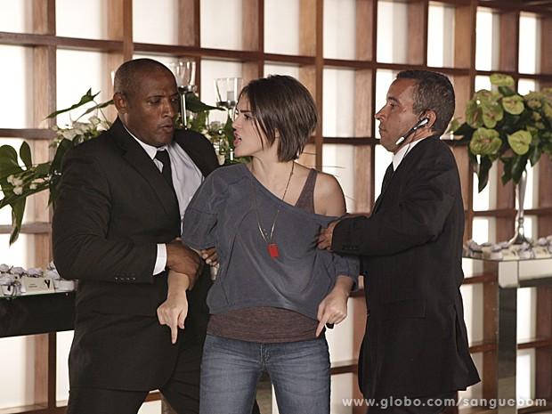 Giane é carregada pelos seguranças e não consegue contar o que sabe (Foto: Sangue Bom/TV Globo)