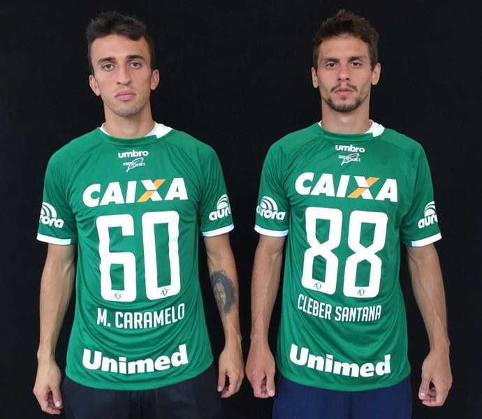 Jogadores do São Paulo posam com camisas da Chape e68fc8424de4f