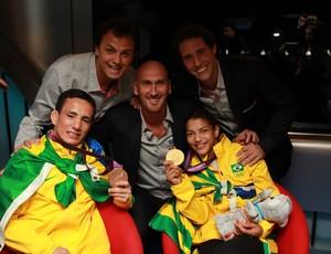 Flavio Canto, Carlão Barreto e Nalbert comemoram medalhas dos judocas Sarah Menezes e Felipe Kitadai (Foto: Thiago Lavinas)