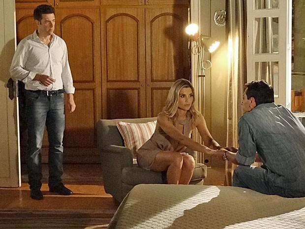 Ricardo flagra Théo e Érica de mãos dadas no quarto (Foto: Salve Jorge/TV Globo)