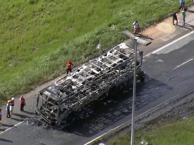 Ônibus incendiado próximo ao Terminal Integrado da Macaxeira (Foto: Reprodução / TV Globo)