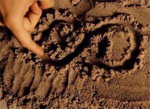 David Clarke escrevia símbolo na areia para Amanda (Foto: Divulgação/Reprodução)