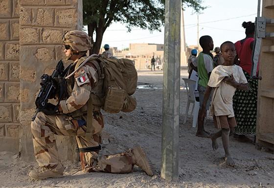 Soldado francês em ação contra a al-Qaeda no Mali (Foto: Joe Penney/Reuters)