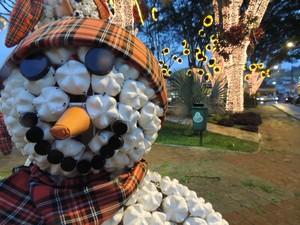 Boneco de neve simpático em Guararema faz parte da decoração de Natal (Foto: Jamile Santana/G1)