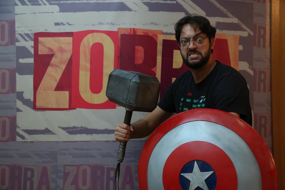 Fernando Caruso cheio de superpoderes na coletiva do Zorra (Foto: Isabella Pinheiro/Gshow)