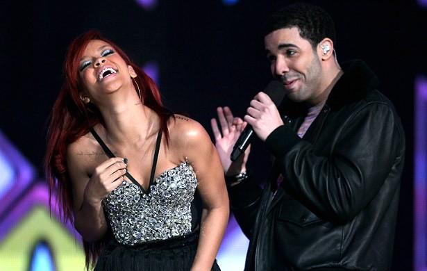 Após se reconciliarem pela milésima vez em janeiro de 2014, Rihanna e o rapper Drake terminaram (aparentemente) de vez em maio. (Foto: Getty Images)