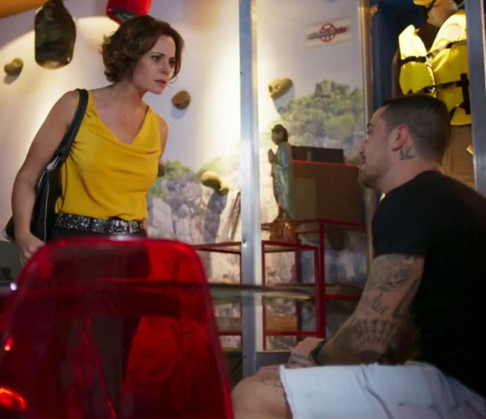 Ana briga com samurai  (Foto: TV Globo)