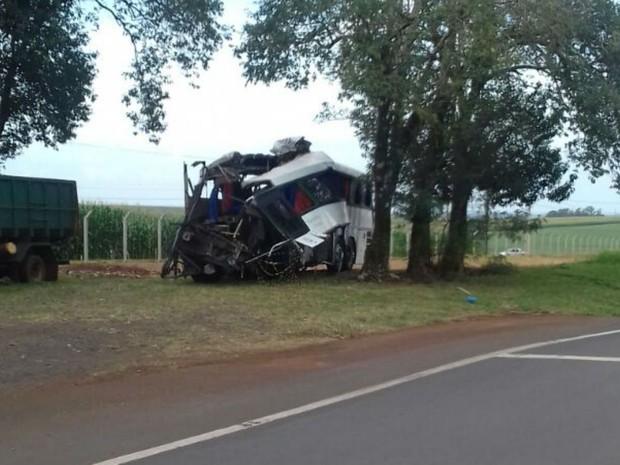 Acidente aconteceu em Mamborê, no interior do Paraná (Foto: Divulgação / PRF)
