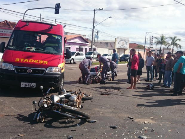 Motociclista foi socorrido pelos bombeiros (Foto: Gláucia Souza / G1)