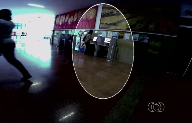 Servidora é flagrada batendo ponto e indo embora da Assembleia Legislativa em Goânia, Goiás (Foto: Reprodução/TV Anhanguera)