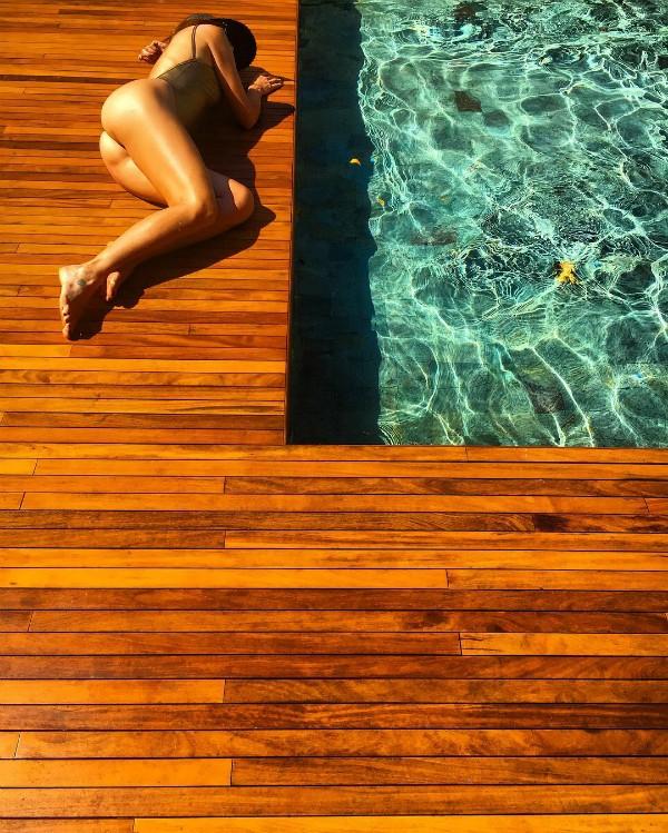 Flavia Alessandra posa com maiô na beira da piscina e deixa o bumbum em evidência (Foto: Reprodução / Instagram)