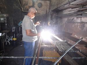 Edmilson Rodrigues, ferreiro na Ladeira da Conceição, em Salvador. (Foto: Maiana Belo / G1 BA)