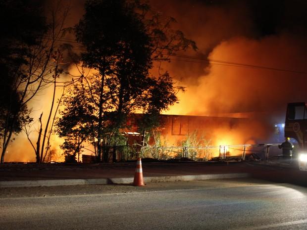 Ferro-velho pegou fogo próximo a rodovia SC-403, em Florianópolis (Foto: Ricardo Ghisi Tobaldini/Divulgação)