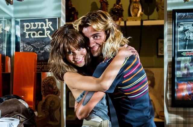 Julia Dalavia e Felipe Simas nos bastidores de 'Os dias eram assim' (Foto: TV Globo)