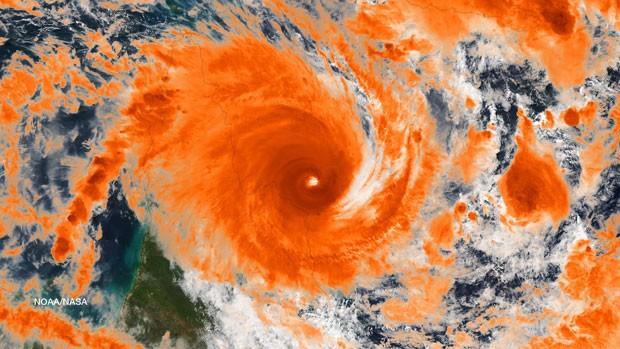 Ciclone Ita atingiu litoral leste da Austrália, mas perdeu intensidade (Foto: NOAA/NASA/Reuters)