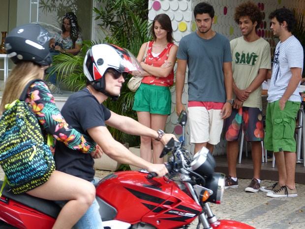 Fatinha sobe na moto de Vitor e Bruno e a galera do C.R.A.U só observa (Foto: Malhação / Tv Globo)