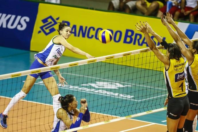 Rio de Janeiro x Praia Clube, Copa Brasil, vôlei feminino, Gabi sobe para pontuar para o Rio de Janeiro diante do Praia Clube (Foto: Divulgação/CBV)