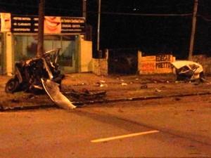 Carro se partiu ao meio com a força da colisão (Foto: Josmar Leite/RBS TV)