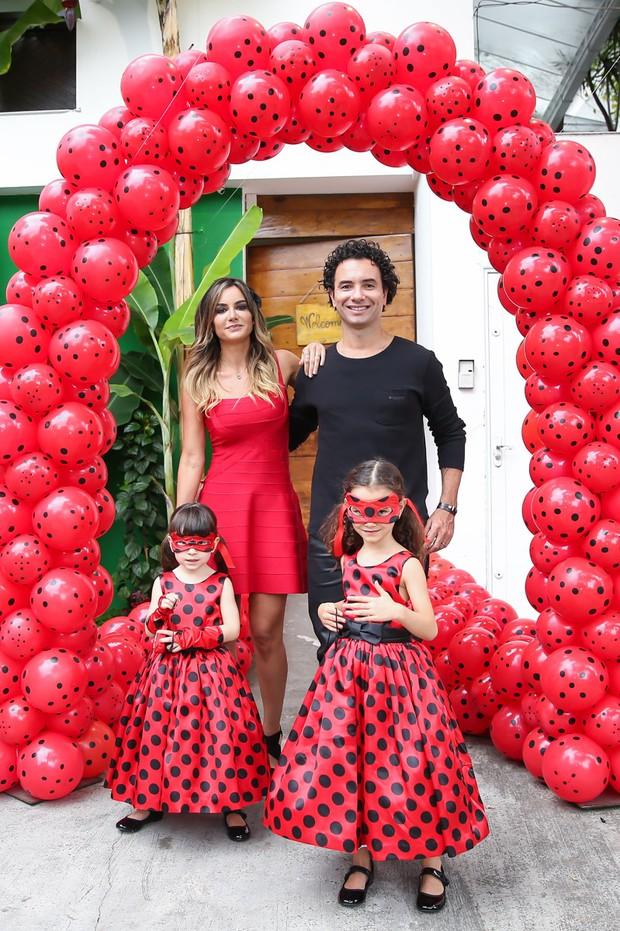 Marco Luque posa com a mulher, Flávia, e as filhas, Isa e Mel (Foto: Manuela Scarpa/Brazil News)