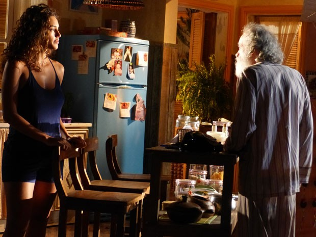 Chico não conta a Taís sobre a ligação (Foto: Flor do Caribe/TV Globo)