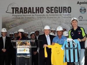 Presidente do TST (C) e ex-jogador Paulão (D) participaram do evento na Arena (Foto: Divulgação/TST)