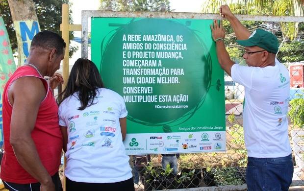 Local que recebeu ação de limpeza ganhou uma placa (Foto: Katiúscia Monteiro/ Rede Amazônica)